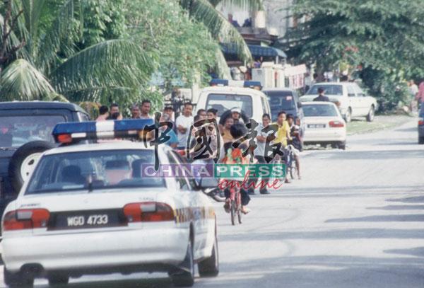 骚乱事件导致人心惶惶,可疑车辆都必须接受警方盘查,才可获放行。