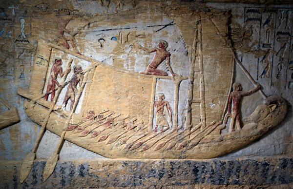 古墓墙上的壁画清楚刻画着当时的日常生活,图为显示人们航行的壁画。图/路透社