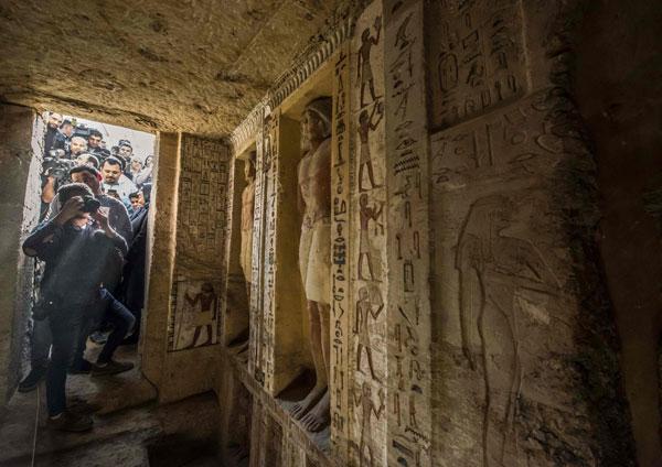 大批记者等待进入墓穴内一探究竟。图/法新社