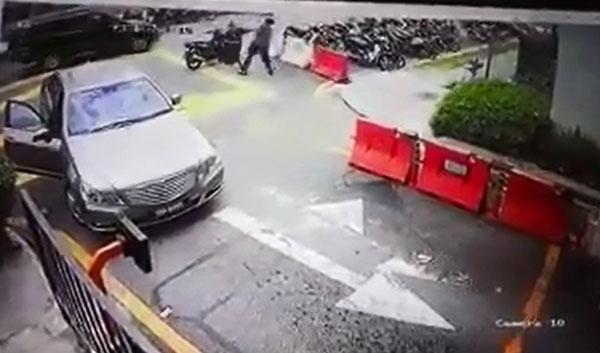 马赛地轿车及摩哆险些相撞后,司机及骑士当街发生争执及殴斗。