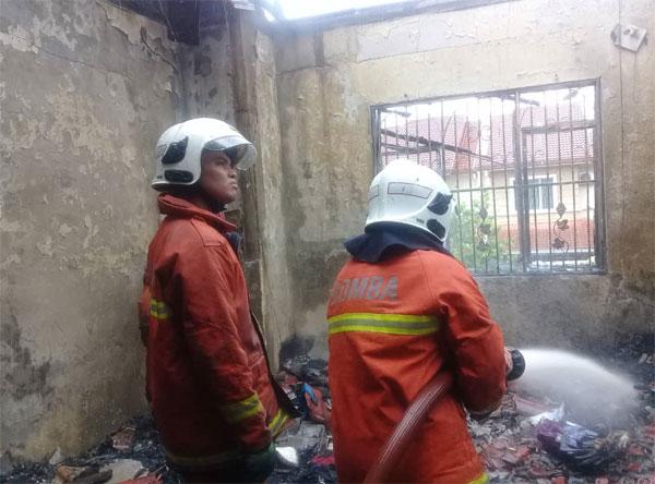 消拯员到场后迅速扑灭火势,但住家二楼80%被烧毁。