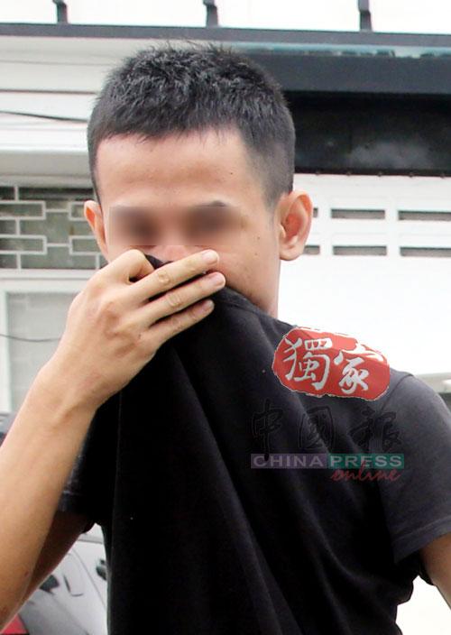 4名嫌犯虽然全程都使用上衣掩盖脸部,但是还是可以看出当中有嫌犯不停的偷笑。