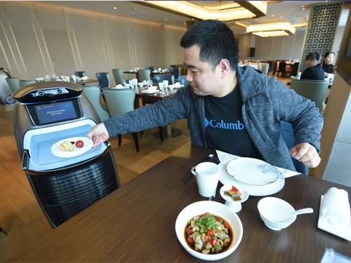 智能送餐机器人为顾客送餐。(新华社)