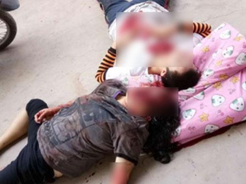 死者及伤者被凶徒砍倒在地。