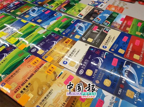 警方在现场搜获大批银行卡、手机及电脑等干案工具。
