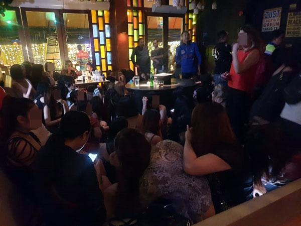 警方突击酒廊,揭发业者以中亚陪座女郎招客的手法。