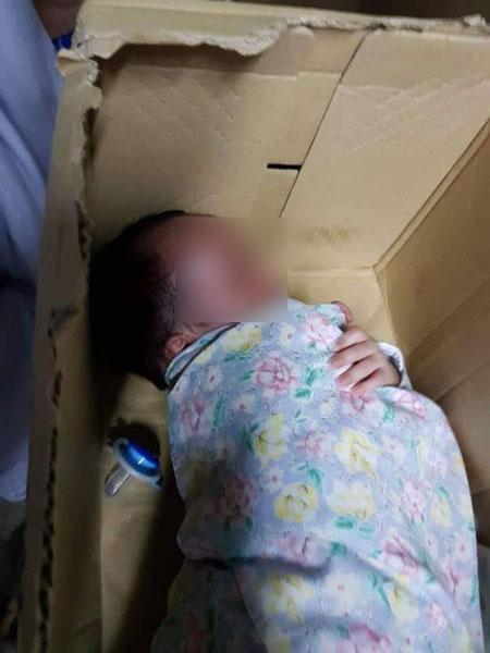 男婴被弃在清真寺外。