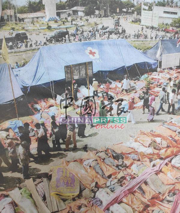 救援单位在亚齐首府班达亚齐的海岸点算无数的死难者,情景骇人。