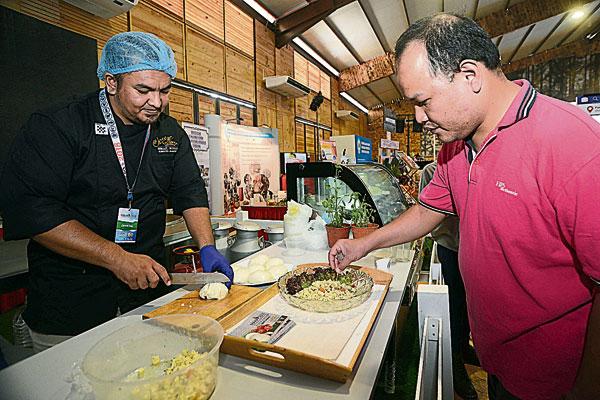 民众可在现场观看芝士制作及试吃本地生产的莫札瑞拉芝士。