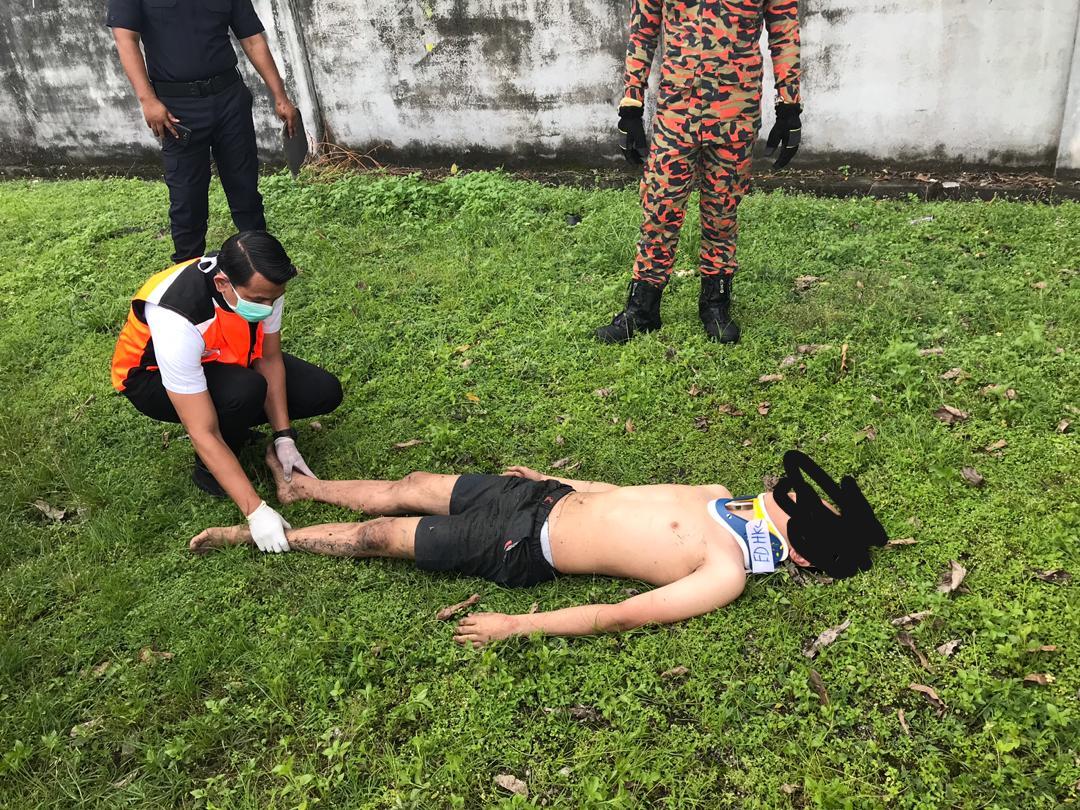 少年在企图自杀的过程中不慎弄伤腰部,医护人员到场为他急救。