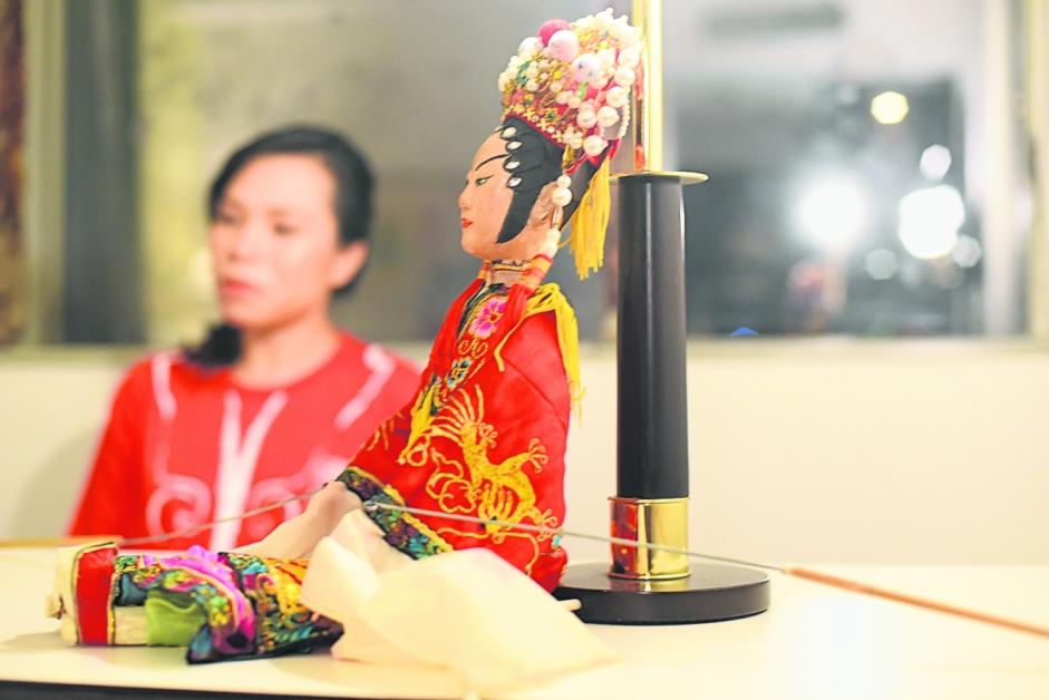 潮州木偶源自中国北方的皮影戏,当它随着人们迁徙的足迹去到潮州之后,融入了当地泥塑与木雕的传统手工艺精华后,成了今日人们看到有分量亦有重量的立体戏偶。