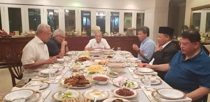马哈迪(左3)款待诺奥马(左起)、韩沙再努丁、莫哈末哈山、沙希淡和东姑安南。