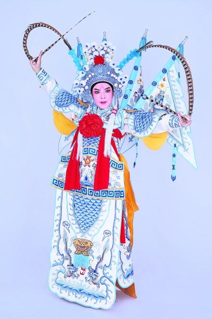 吴慧玲穿起潮剧里武生的戏服,架势十足的模样反映出她在这个新时代里,仍义无反顾发扬且传承传统技艺的豪情壮志。