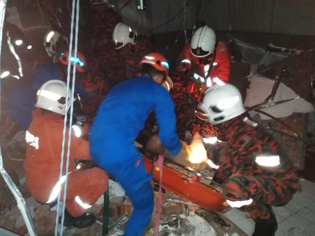 警方连同消拯局人员在爆炸现场寻找死者遗体。