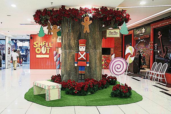 """配合""""无穷欢乐圣诞姜饼村""""圣诞主题,Main Place商场处处可见玩具士兵守、大型 糖果、姜饼人和棒棒糖等饰品。"""