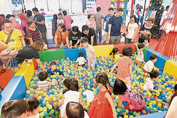 小朋友们即日起可到UG大厅开放的彩球池中玩乐。