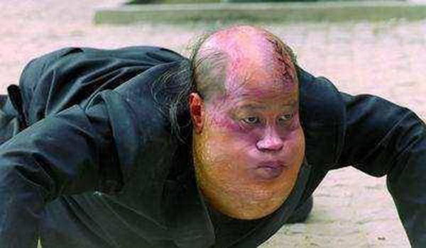 梁小龙参演周星驰电影《功夫》,饰演的火云邪神一角翻红。