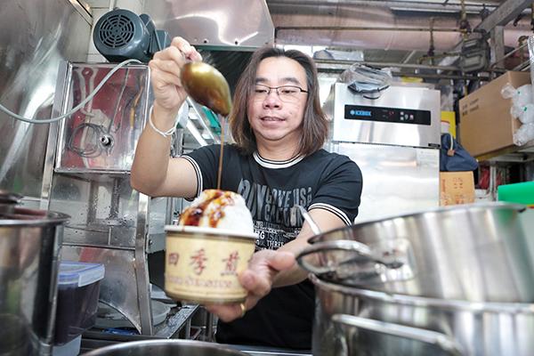 """新加坡知名""""四季煎蕊""""摊主陈俊源的煎蕊,是从马六甲煎蕊改良而成的。"""