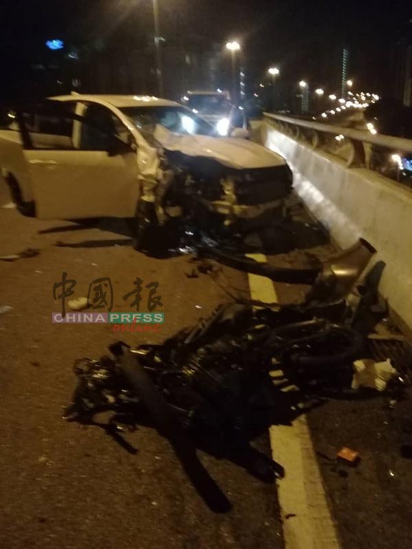 意外发生后,肇祸轿车和摩哆毁损不堪。