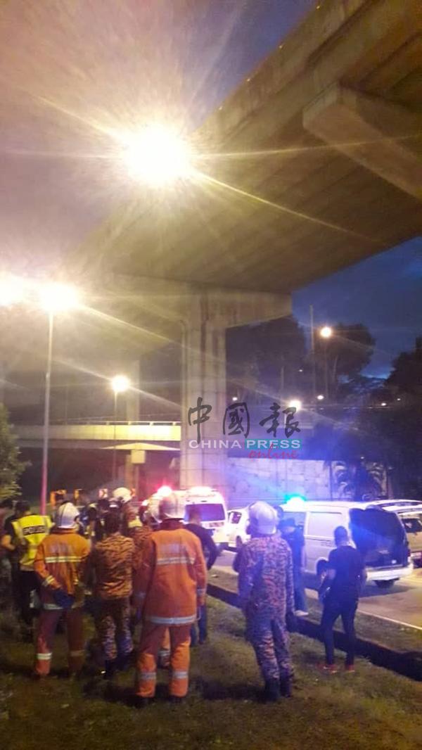 摩哆骑士被撞,从约30尺高架天桥坠下当场死亡。
