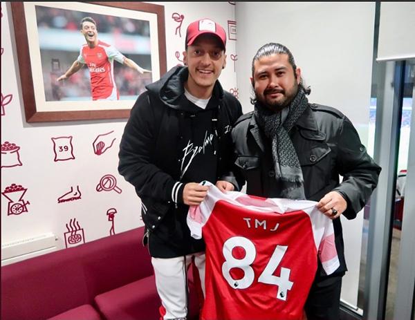 """柔佛王储东姑依斯迈(右)从厄齐尔手中,接获印有""""TMJ""""的84号球衣。"""