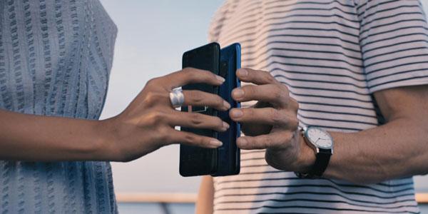 华为Mate 20 Pro能给其他手机无尽充电。