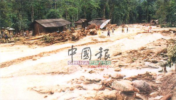 原住民村落经历山洪事件后,被浸泡在一片泥浆当中。
