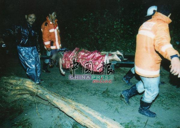 救援队伍在黑暗中进行搜救,不敢停下脚步,以免错过救援黄金时间。