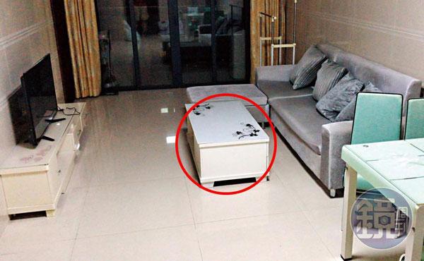 王姓經理在家中茶几(紅圈處)放錄音筆,錄得妻子的約開房對話證據。