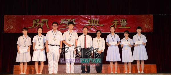 陈大锦(左5起)在华仁中学校长孙秀燕的陪同下,颁发优异生奖励金给在好成绩的学生。