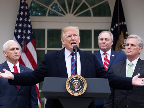 特朗普(中)周五在白宫玫瑰花园召开记者会。(欧新社)