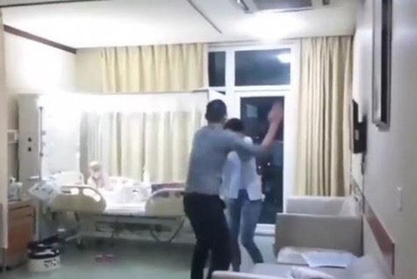 男子生气爆打妻子。