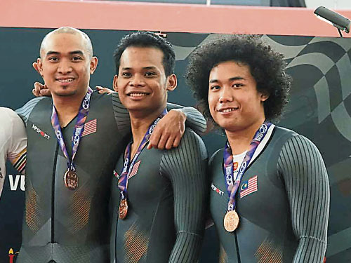 阿兹祖(左)带领两名师弟法德利与沙费道斯,夺得成年组男子团体冲刺赛铜牌。