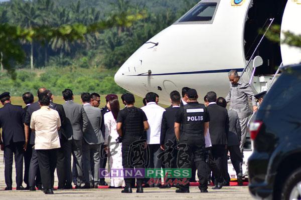 马哈迪步下飞机,准备前往新山武吉士林王宫。