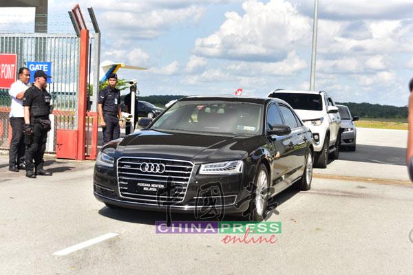 马哈迪的专车驶出机场,前往新山武吉士林王宫。
