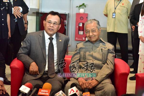 马哈迪(右)召开记者会,并指和柔佛苏丹依布拉欣只是交流,交换意见。左为奥斯曼。