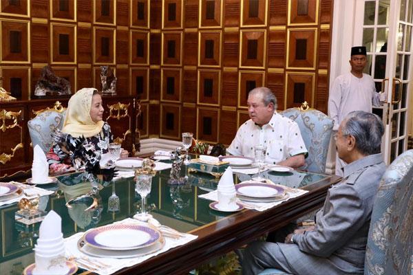 马哈迪(右起)与柔佛苏丹依布拉欣及王后拉惹查丽苏菲雅共进下午茶。