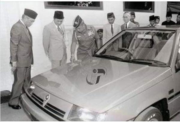 马哈迪(左2起)时任第四任首相时,将车牌Proton 1的国产第一代普腾赛佳轿车赠送给已故柔佛苏丹依斯干达。