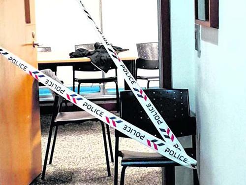 新加坡管理大学一间课室外拉起了警方的封锁线。(新报)