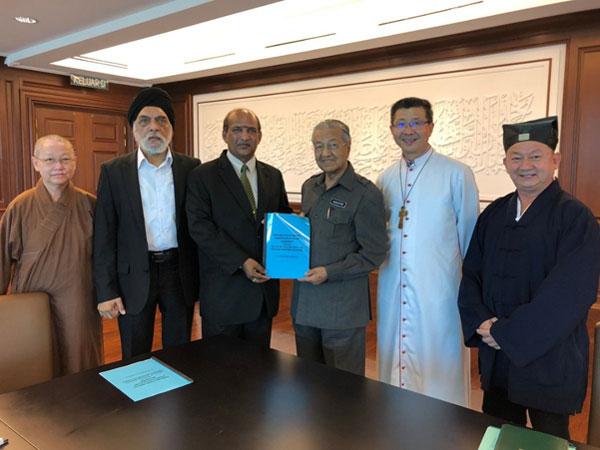 马哈迪与五大宗教协商理事会成员会面和交流。(图取马哈迪推特)