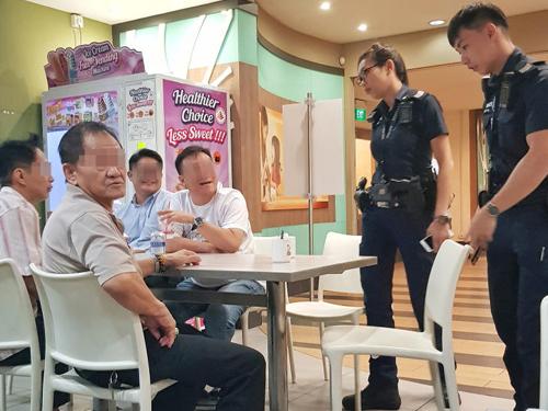 投资者向警方说明拿不回钱的来龙去脉。