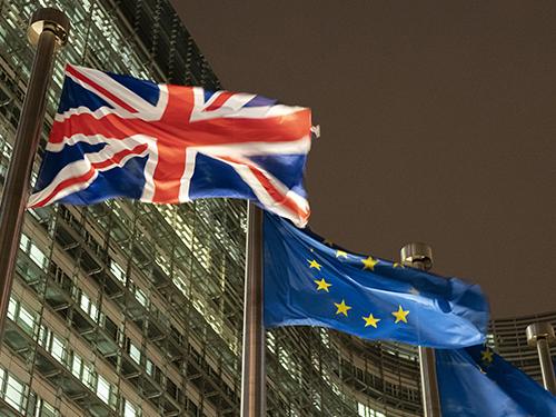 英国延迟脱欧可能性提高,英镑兑美元受激励大涨。(图:彭博社)