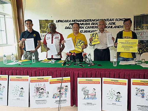 净选盟2.0与金马仑补选候选人向媒体出示选举宣言,左起为黄承毅、马诺佳仁、范平东、沙列胡丁和叶瑞生。