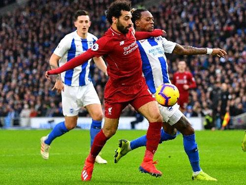 """利物浦前锋""""法老王""""萨拉赫(左2)持球,即遭到对手的紧贴防守。(路透社)"""