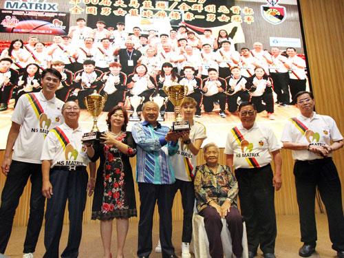 元首杯男女队长郭添源(左)与朱淑萍(左5)将冠军杯交给李典和(左4)与夫人杨翠莲(左3),而总领队陈桂发(左2)、李典和家慈刘岳婵、李银芳与林兆兴也一同分享喜悦。