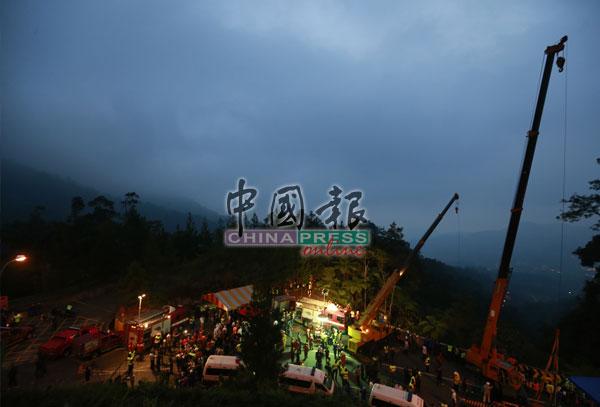 尽管现场起雾下雨和天黑,丝毫没有阻扰救援人员继续救人!