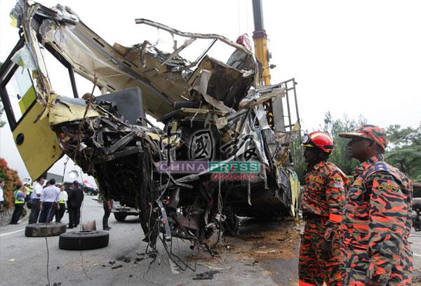 巴士完全毁不成形,被抬出山谷时还在漏油,消拯员利用木屑覆盖,避免引发意外。