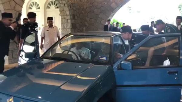 奥斯曼(右2)望向车内,但较后与军官交谈后,最终没有登上该辆轿车。