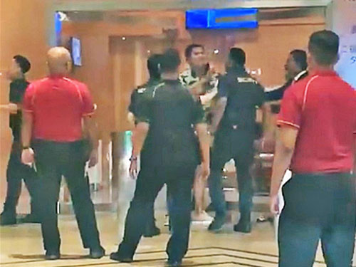 视频拍到访客跟酒店保安发生冲突。