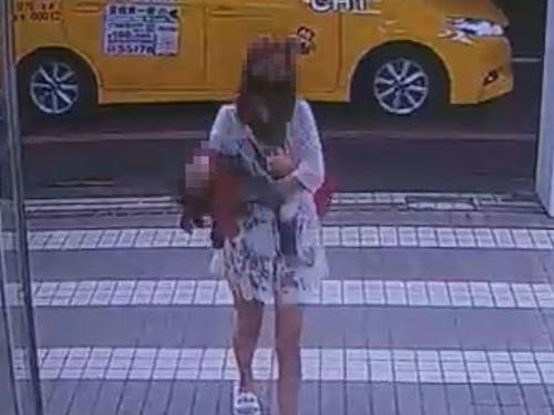 女童送医时已经无生命征象,四肢垂下,瘫软在狠母怀中。